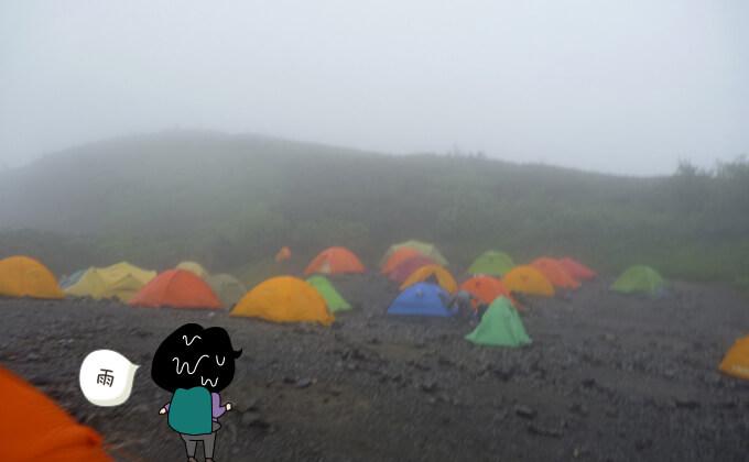 雨の中の蝶ヶ岳テント場