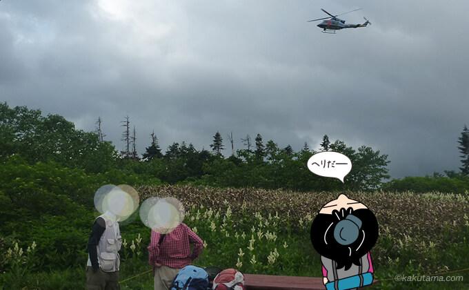 鏡平山荘の上を通るヘリコプター