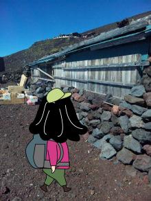 閉まっている山小屋を見る