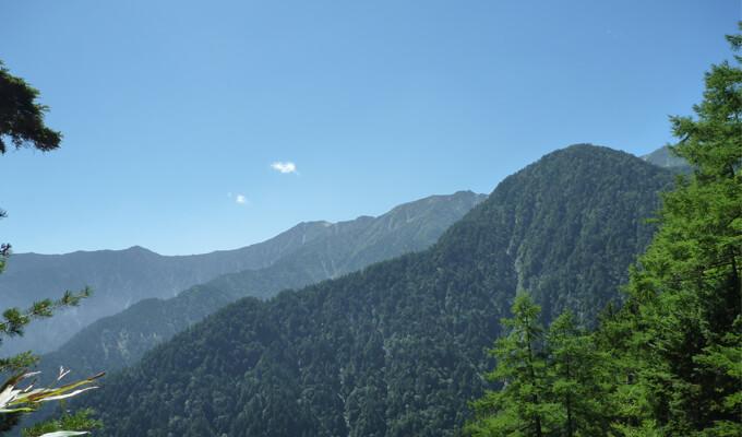 晴天下の山々