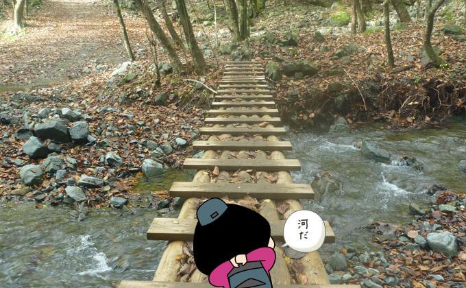 再び木の橋を渡る