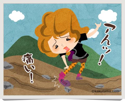 登山用語捻挫をして苦しんでいる女性