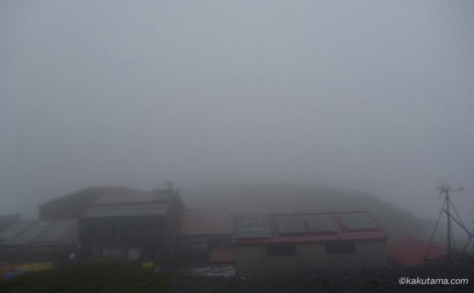 雨の中の蝶ヶ岳ヒュッテ