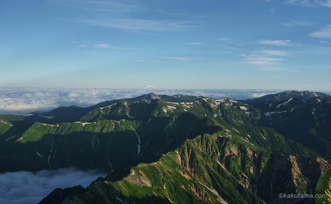 槍ヶ岳山頂から見る山々