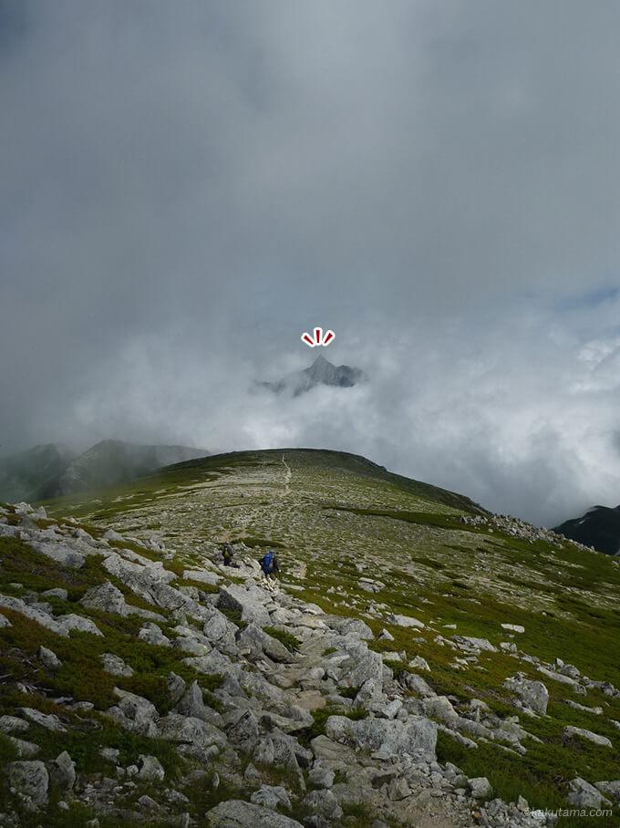 双六岳山頂から見たガスに包まれる槍ヶ岳