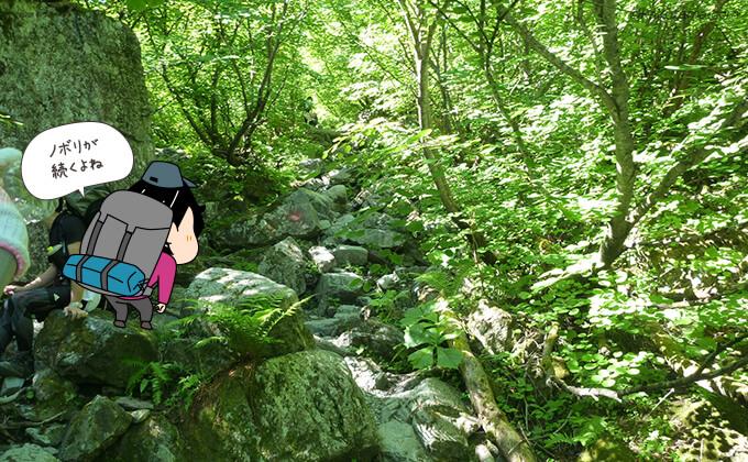 緑あふれる岩場を登る