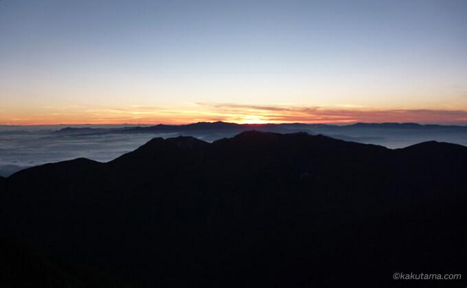 朝日が登ってきた北岳肩の小屋