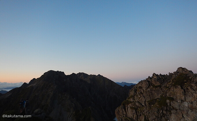 日が昇る前の山並みのシルエット