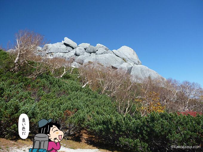 白い岩山と緑
