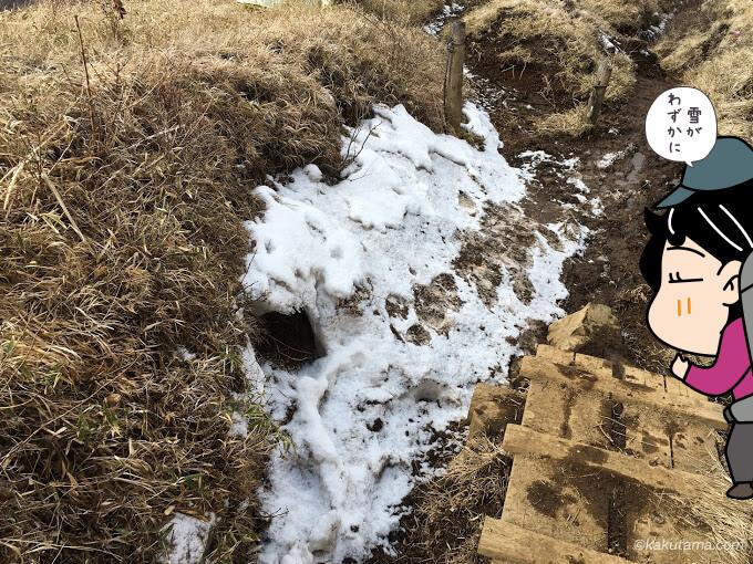 雪が残る尾根