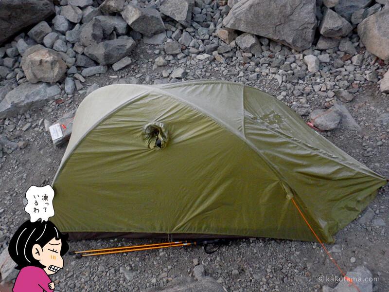 凍っているテント
