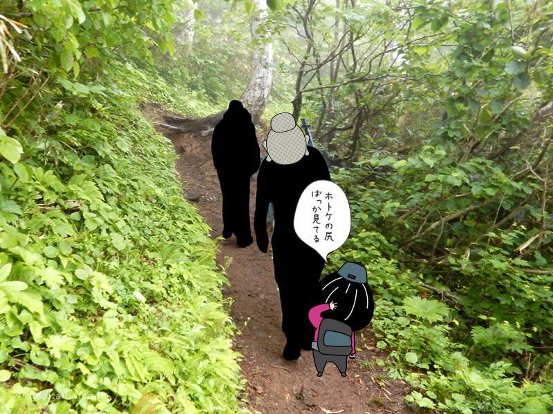 登山道を一列で歩く