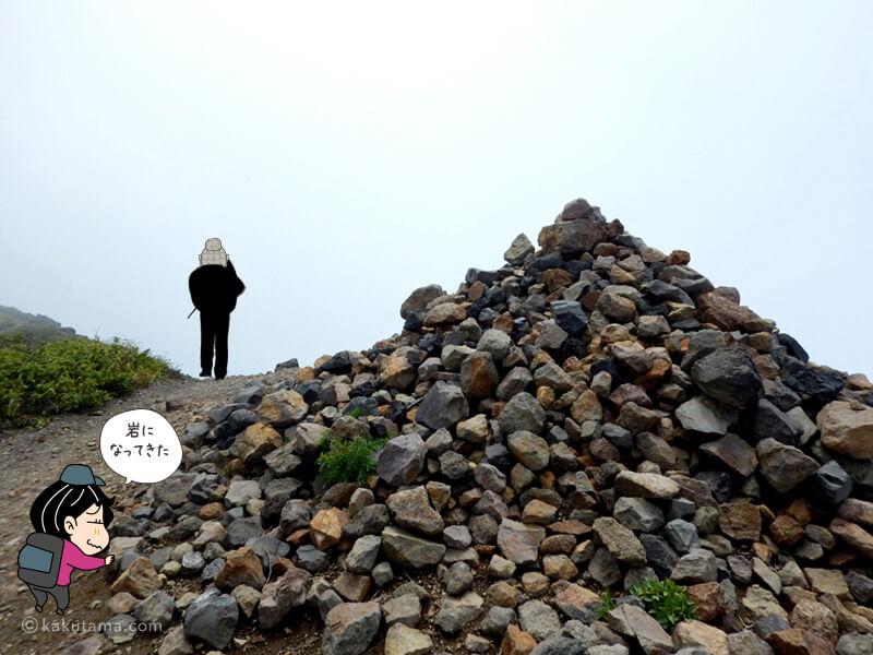 羊蹄山山頂近くは岩場
