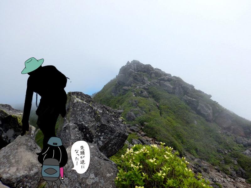 山頂近くのお釜の岩場で道間違いで順番が変わる