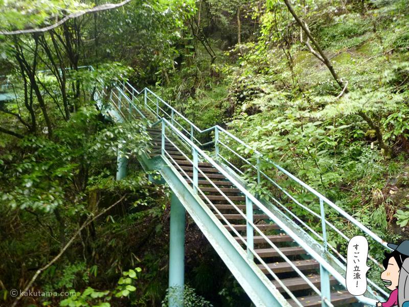 立派な橋を登る