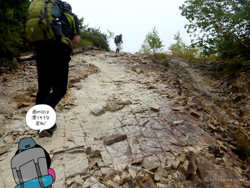 滑りそうな岩を登る