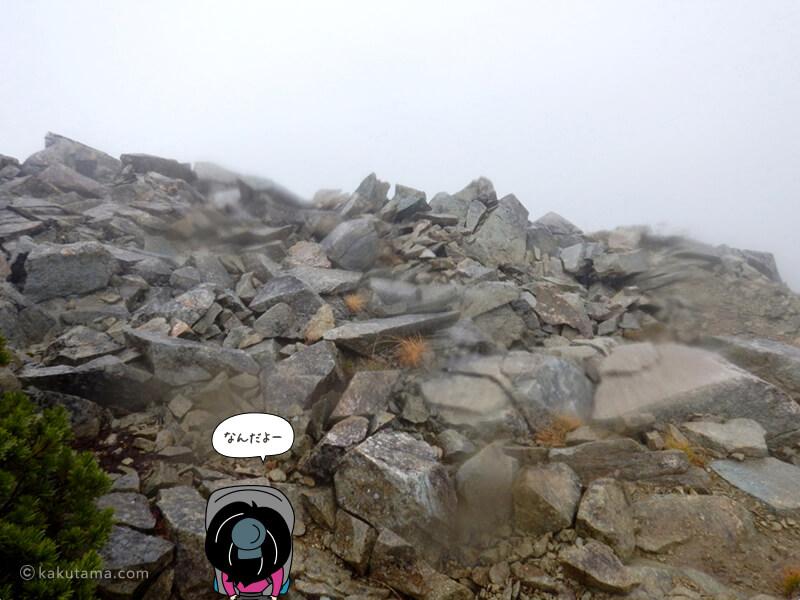 雨の中岩場を登る