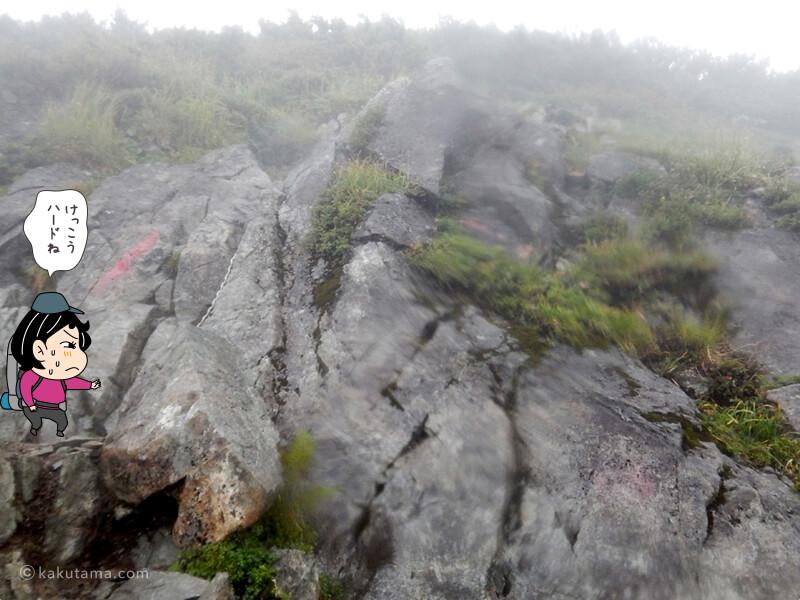 クサリと岩場を登る