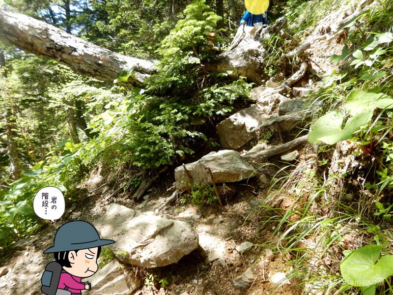 岩場の階段を上る