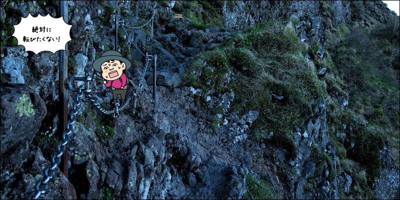 転んだら落ちていきそうな岩場