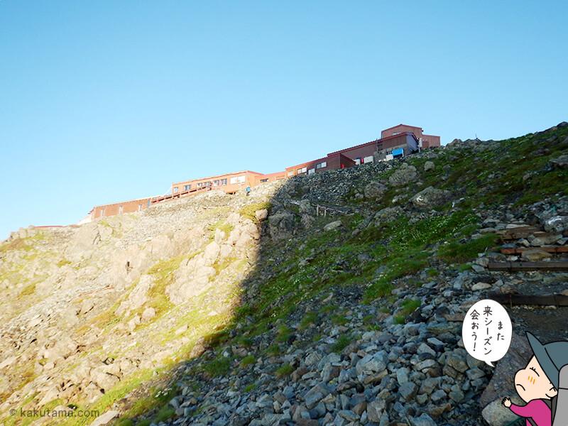 槍ヶ岳山荘を見上げる