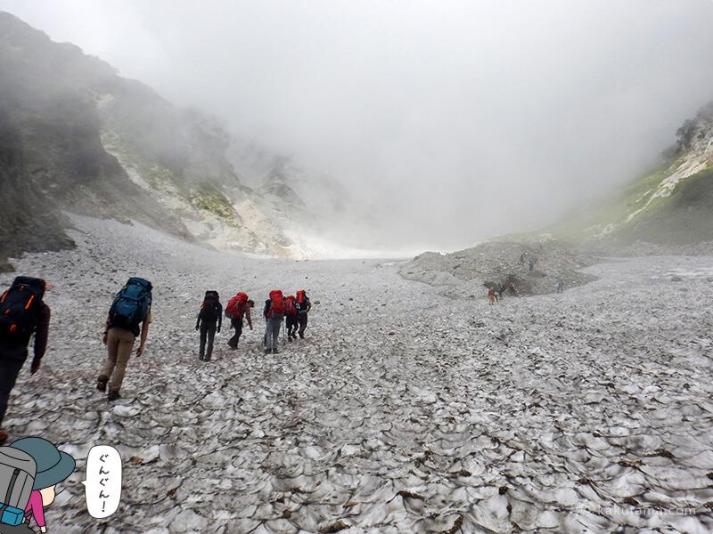 アイゼンをつけて白馬大雪渓を登る