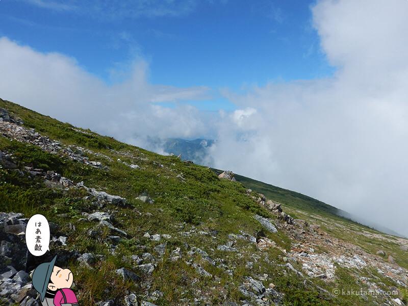 雲の合間から山が見える