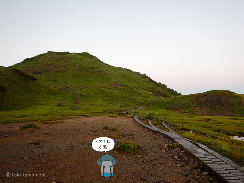 朝日小屋の早朝テント場からみるイブリ山方面