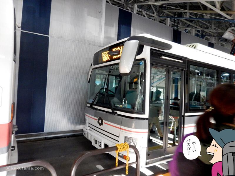 バスに乗り込む2