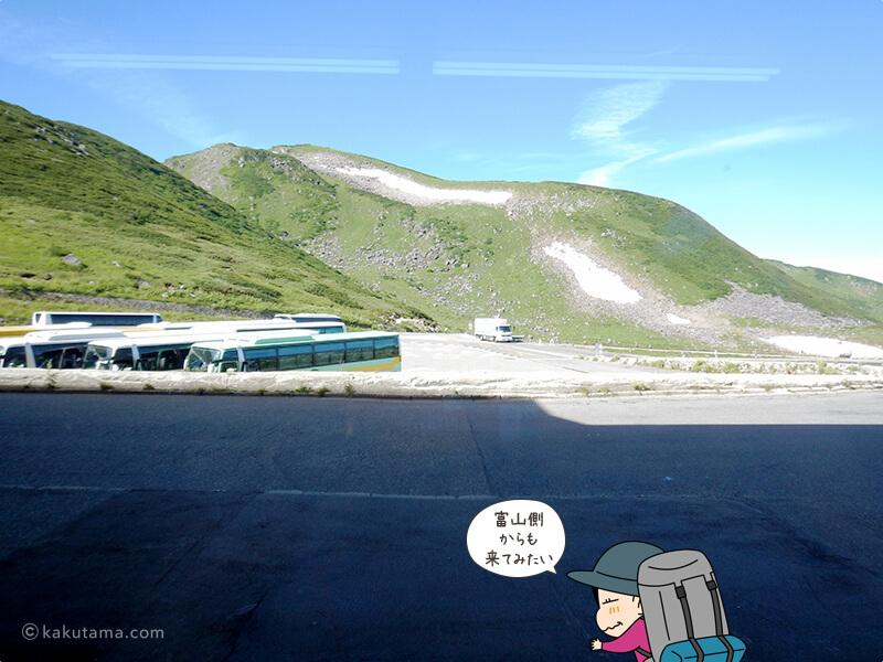 室堂駅構内からバスを見る2