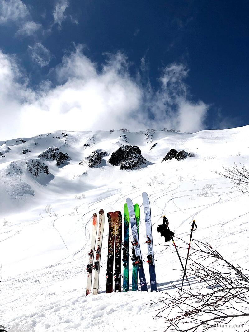スキー板と斜面
