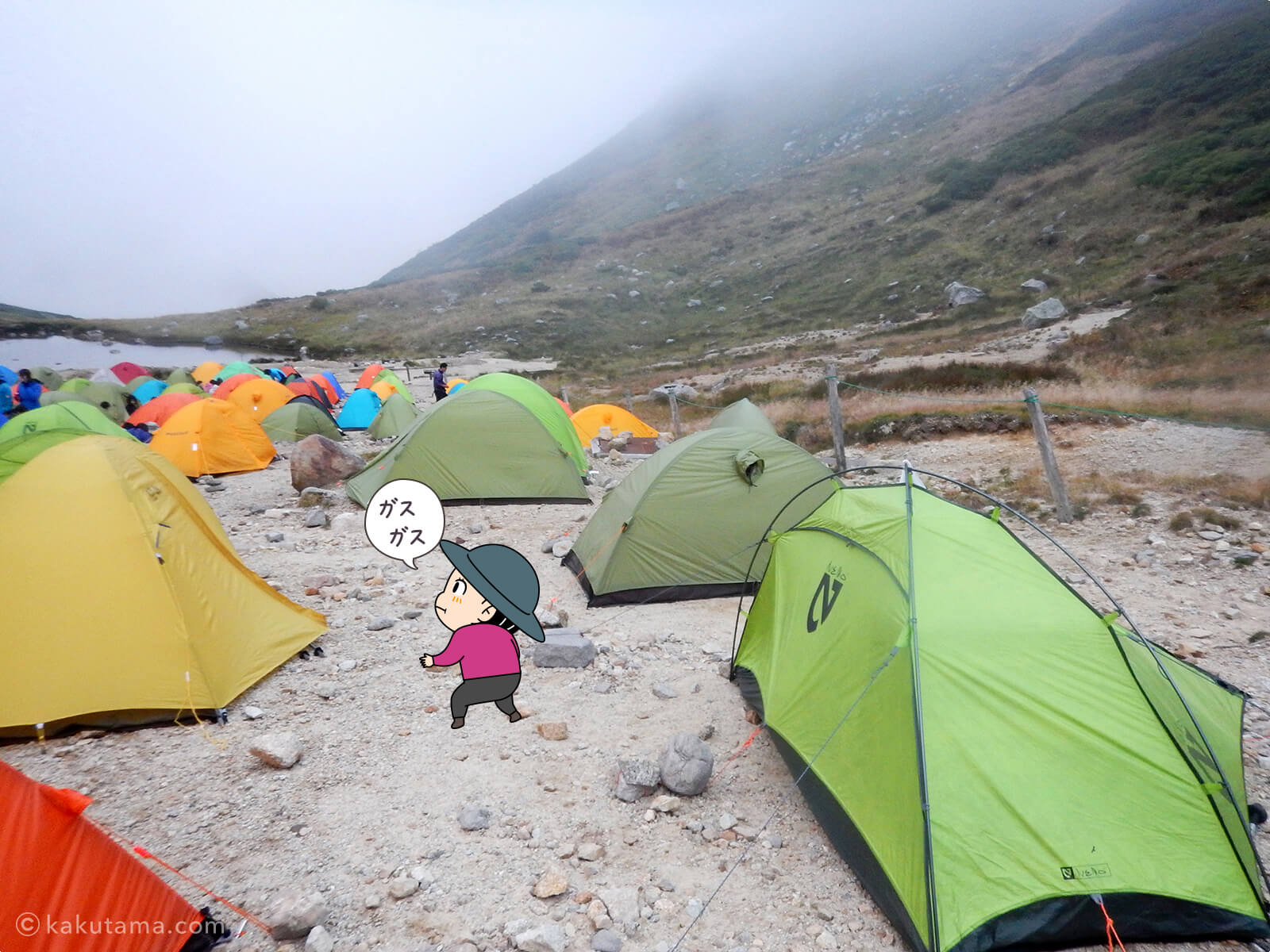 まだまだ混み合う双六小屋のテント場