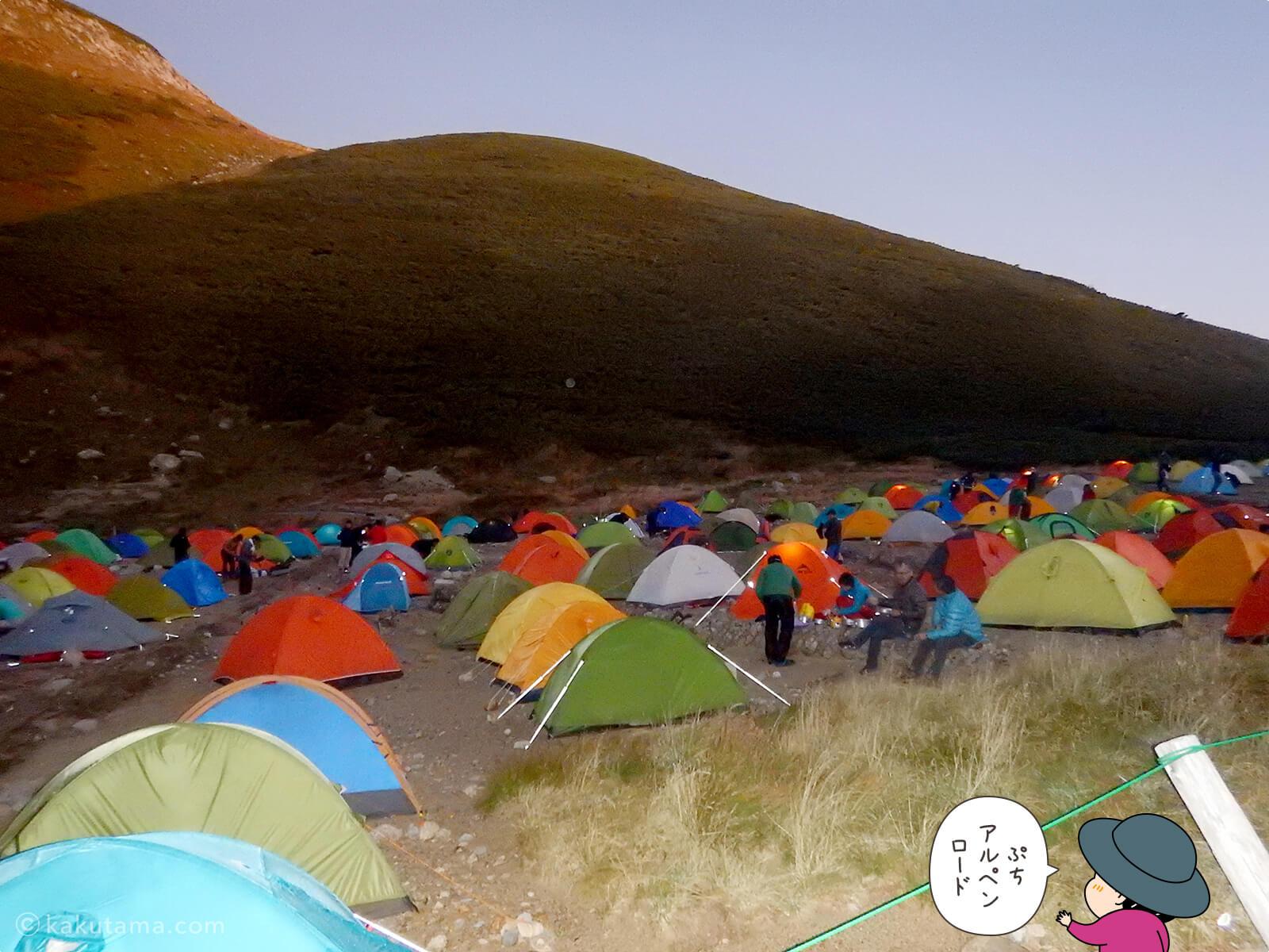 明るくなってきた双六小屋テント場