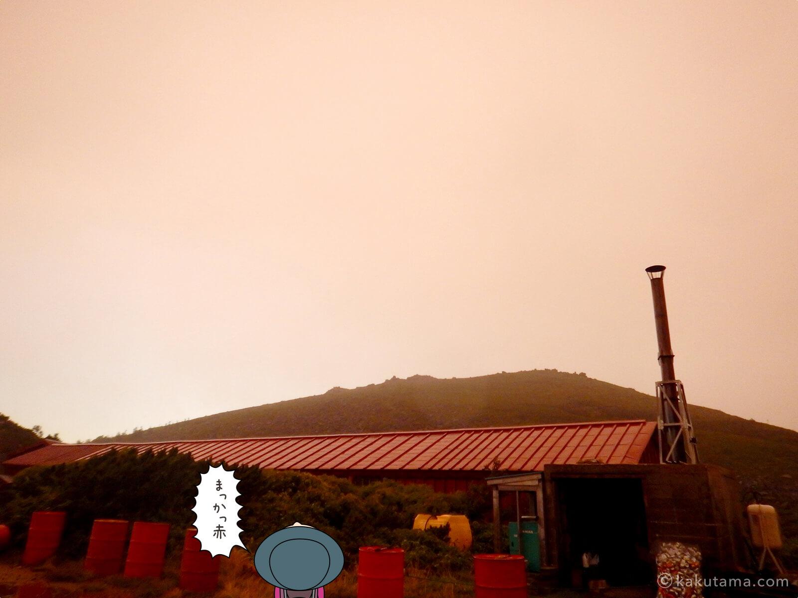 真っ赤な朝とテント場1
