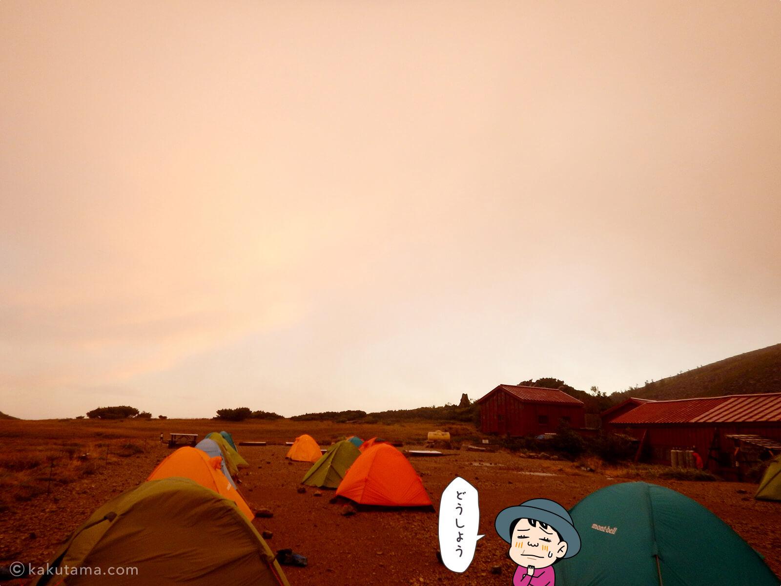 真っ赤な朝とテント場2