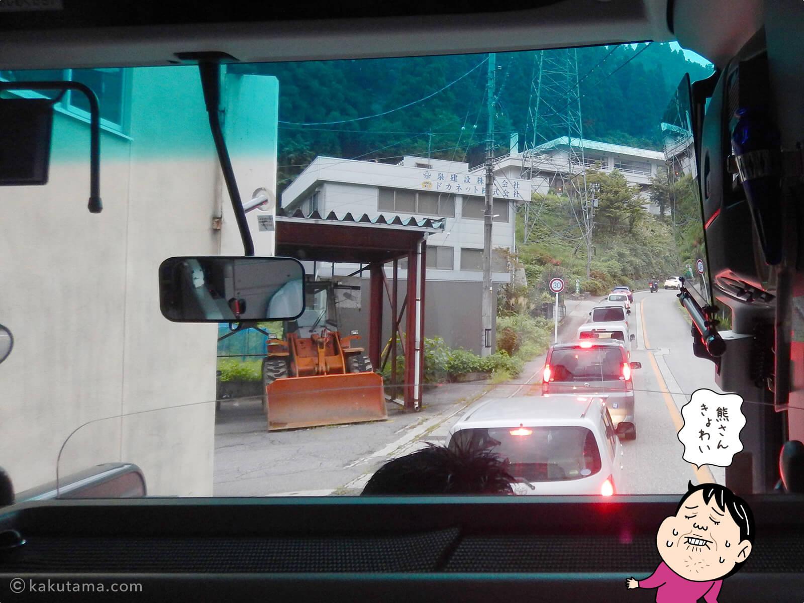 渋滞している折立行きバス