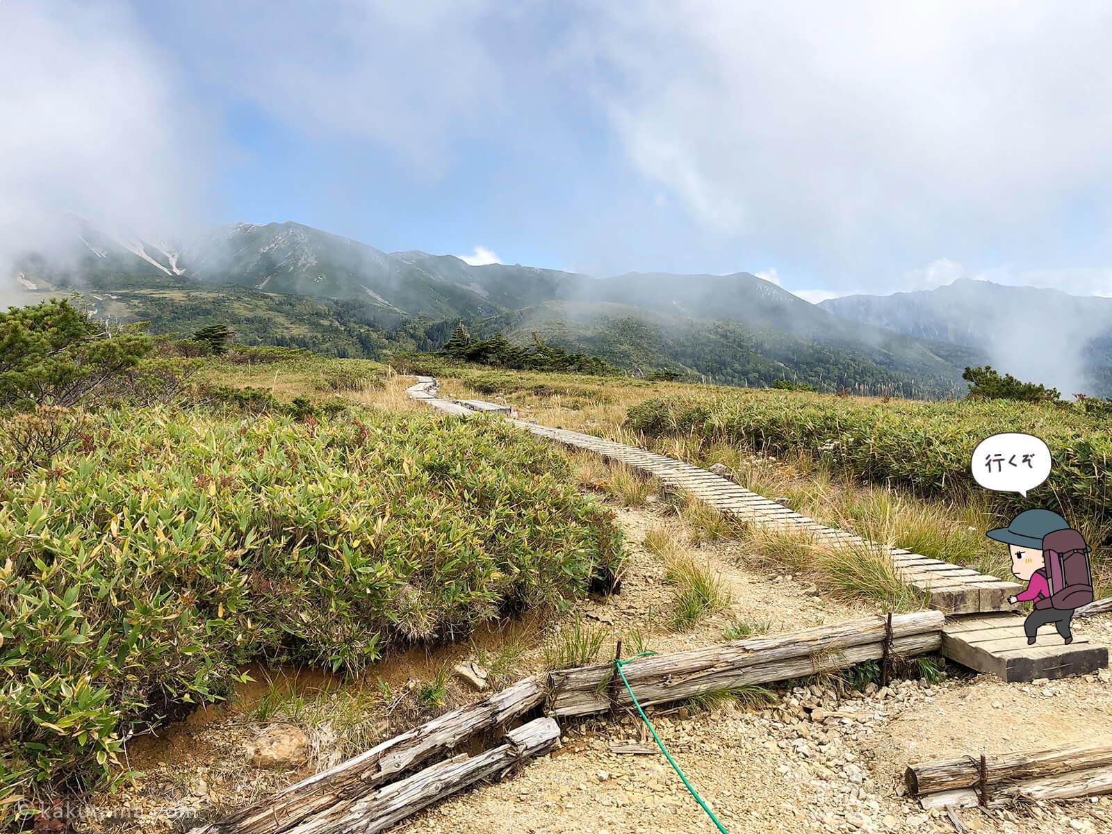 太郎平小屋から薬師峠キャンプ場へ向かって歩き出す