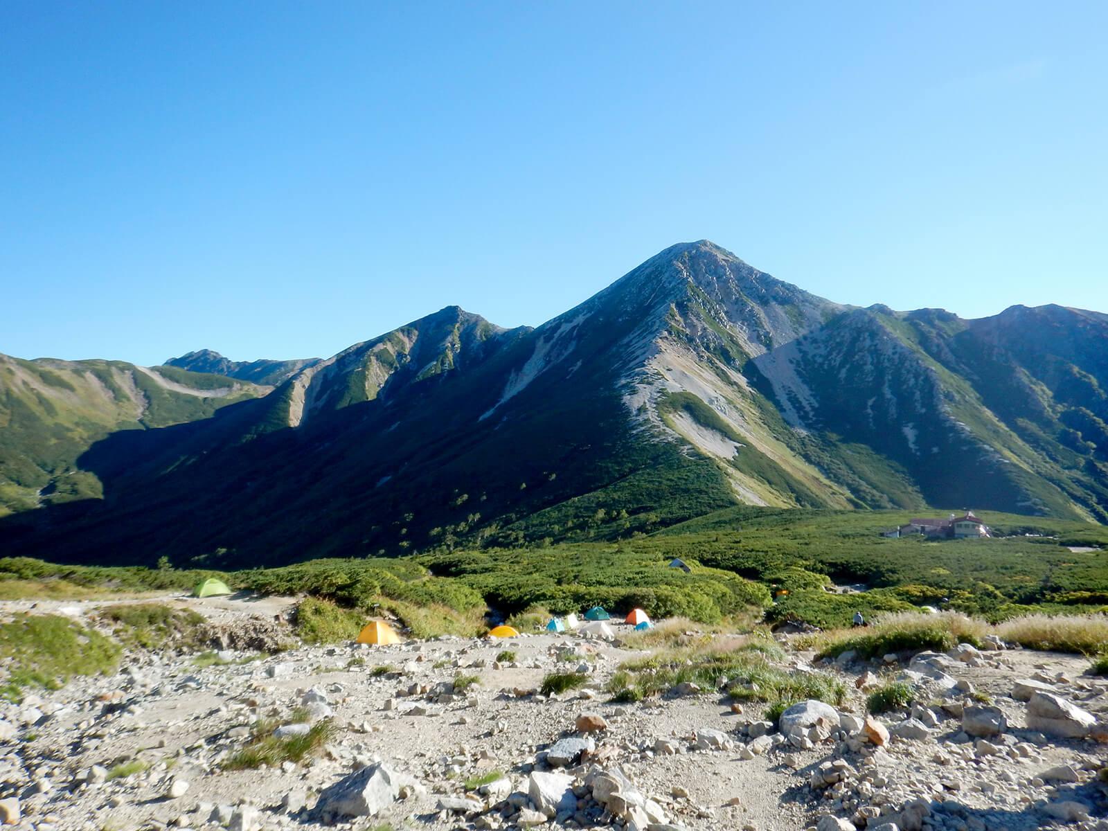 三俣山荘のテント場から見る鷲羽岳