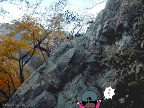 急な岩場が現れた