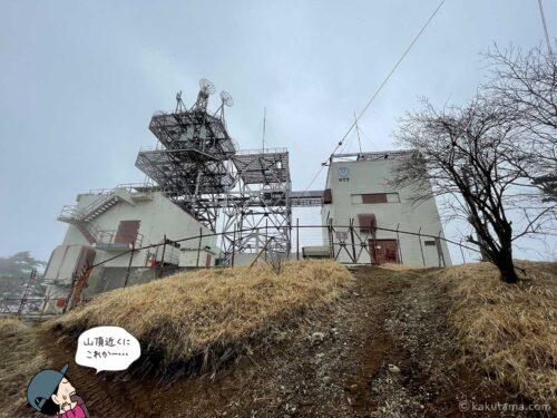 三ツ峠山の電波塔を振り返る