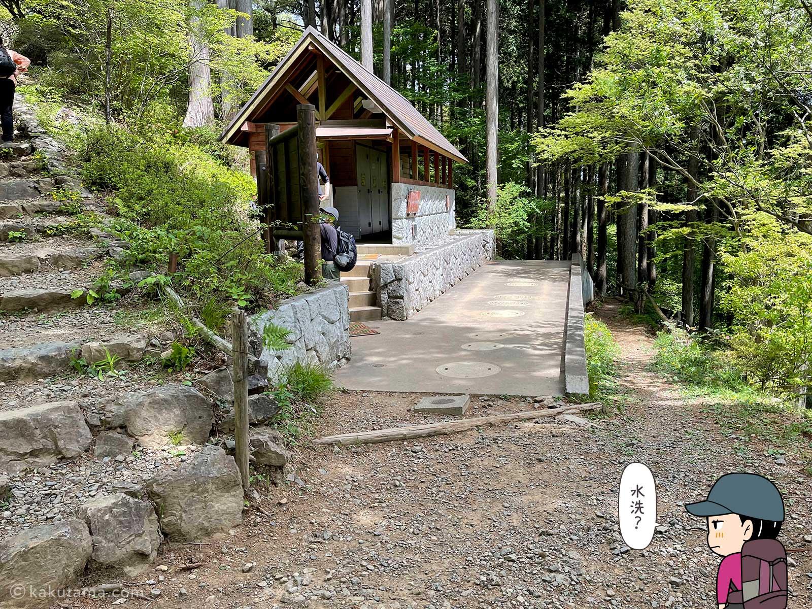 山頂直下のトイレ