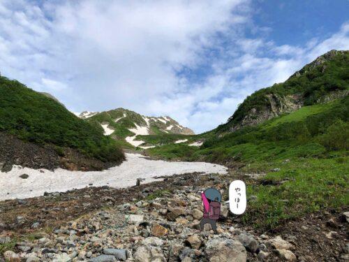 雪渓沿いを進む2