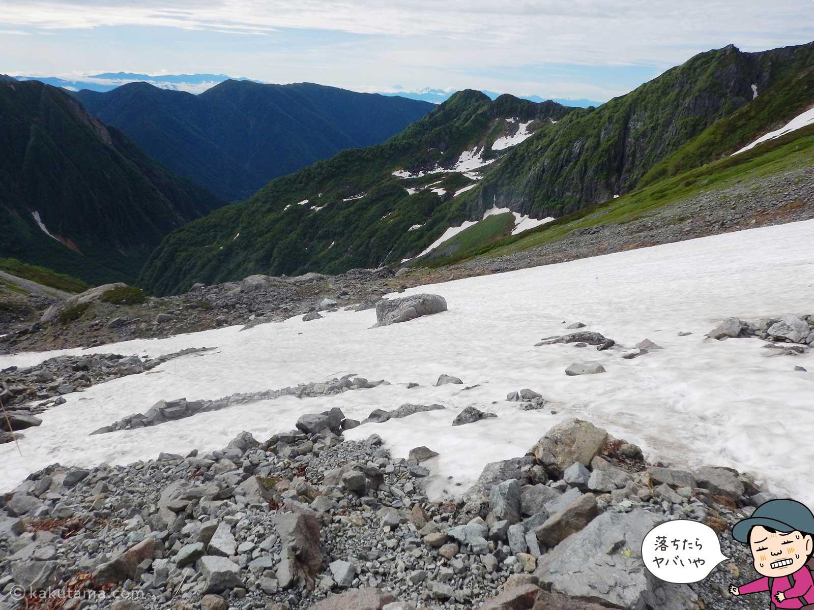 大きく広がる雪渓