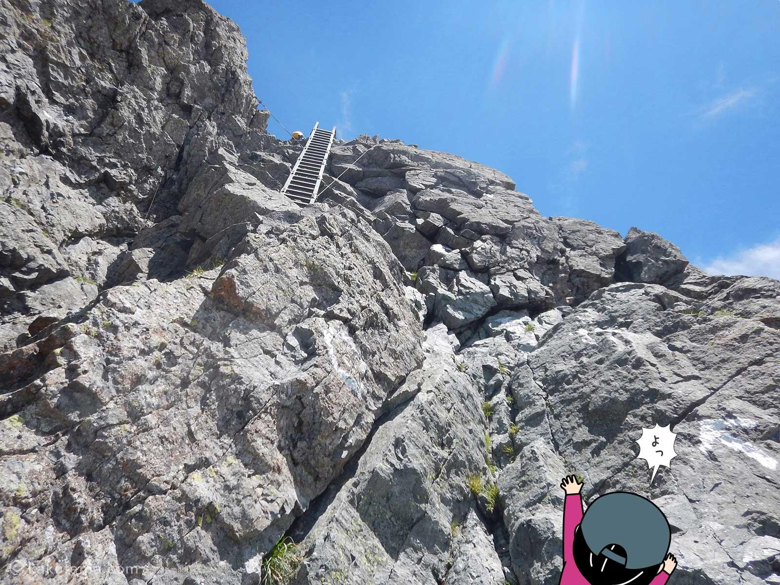 槍ヶ岳の岩場を登っていく2