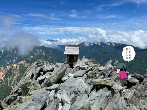 槍ヶ岳山頂の祠に近づく