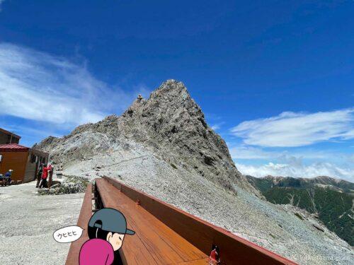 槍ヶ岳山荘手前テラスから槍ヶ岳を見る