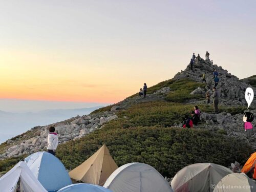 大天荘のテント場から朝日をみる人々
