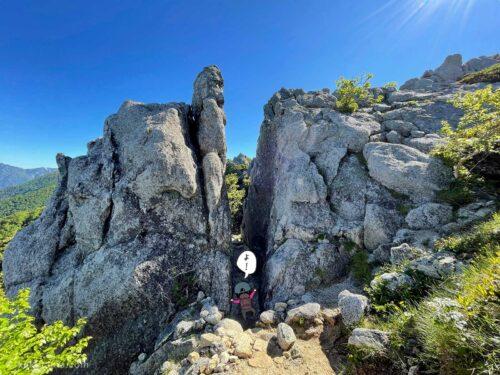 狭い岩の間を通る